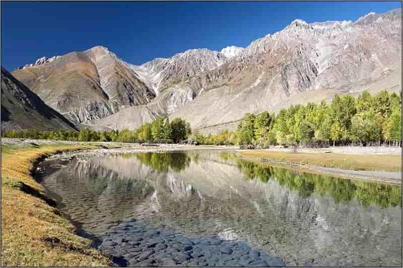 Алтай - обширная горная страна. Почти на полтысячи километров