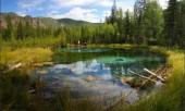 Голубое гейзерное озеро на ручье Менка